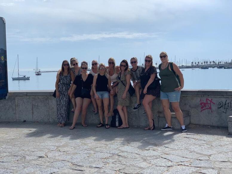 de-groep-vriendinnen-poseert-in-Lissabon-bij-de-Taag