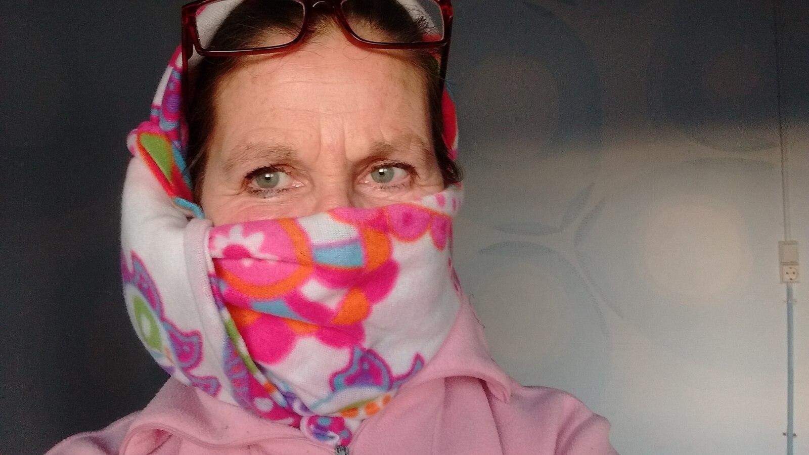 a dona das Termas-da-Azenha com um xaile em frente da boca