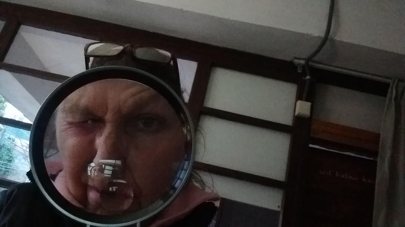 de eigenaar van Termas-da-Azenha met een vergrootglas om het coronavirus op te sporen